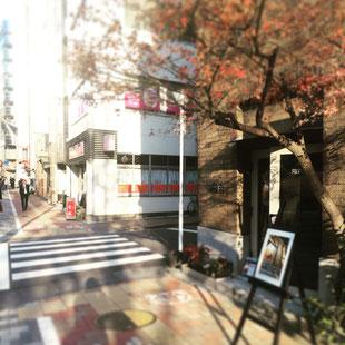 郵便局、歩道橋などを通り過ぎると角にギャラリーのある交差点にさしかかります。横断歩道を渡って中華料理屋さん菊鳳の手前で右折です。