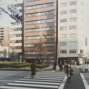 信号機のある交差点で横断歩道を渡って左折になります。