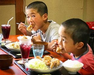 けいちゃん からあげ定食を食べる子供達