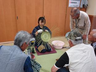 専門家に竹細工を教わる