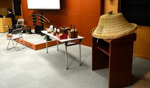展示された舞台小道具(太刀、キセル、編み笠等)