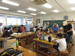 市内の小学校で実施した竹細工教室