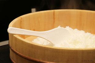 ①半切に炊いたごはんを入れる