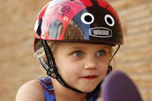 NUTCASE HELMET | リトルナッティー                          LITTLE NUTTYNUTCASE HELMETは私たちが誇りを持ってリリースしているヘルメットの最高の機能を、愛する大事なお子様のヘルメットのデザインと機能を強化するため勢力を注ぎました。  滑らかな輪郭のシェル、 軽量化、お子様の成長に合わせて調整できるパッドセットを採用。 NUTCASEのLITTLE NUTTYであればお子様も喜んで自転車に乗るでしょう。
