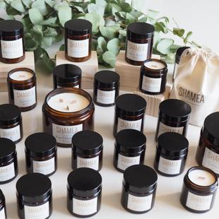 La collection de bougies Shamea se compose de bougies naturelles parfumées. Shamea vous invite à un voyage olfactif.