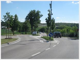 Neu gebaute Straße mit Mittelinsel