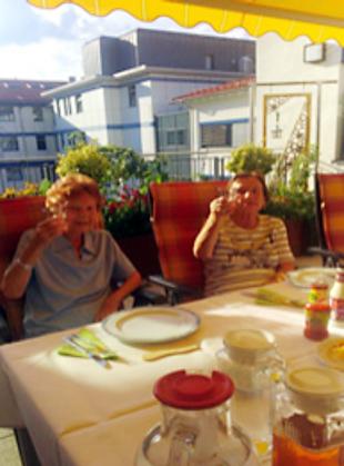 Frohe Gesichter beim Grillabend auf der Palliativstation Ilmenau