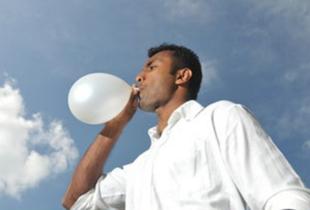 Lungentest, Mann bläst Luftballon auf