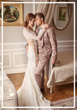 Brautpaar umschlungen, stehend in einem romatischen Zimmer