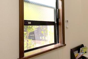 打ち合わせ室では窓を開け換気しています