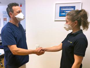 Freundliche Pflegeberatung beim Wundmanagement Köln.