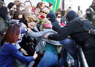 Politiet angriber kvindedemoen i Minsk