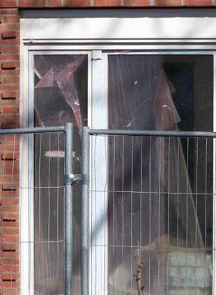 Die rote Fensterschutzfolie löst sich vom Fenster