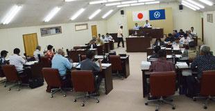 竹富町議会で議案審議がスタートした=20日、同議場