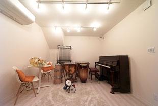 レンタルスタジオ この部屋の他にもグランドピアノのある部屋がございます。