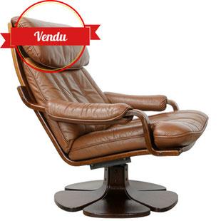 fauteuil des années 70,fauteuil relax fauteuil design en bois et cuir fauteuil knoll,fauteuil scandinave,fauteuil westnofa,fauteuil cuir marron,fauteuil pied tulipe,pietement tréfle,original,majdeltier,design et vintage,lille,galerie,antiquité