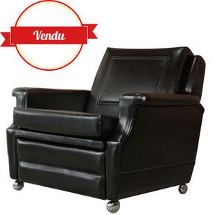 fauteuil relax vintage, design des années 60,repose pied,french design,fauteuil relaxant,fauteuil simili cuir noir,fauteuil vintage noir,majdeltier,lille,design lille,vintage lille,fauteuil pivotant