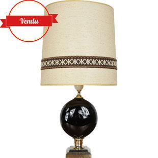 grande lape a poser,lampe des années 60,lampe en métal laqué,lampe boule noire et laiton,lampe rétro,lampe vintage,majdeltier