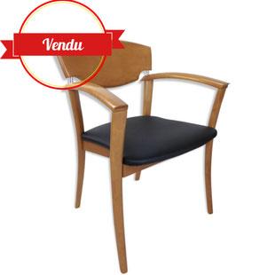 fauteuil design hétre massif et simili cuir noir,fauteuil simili cuir noir,chaise a accoudoirs design,design des années 80,design et vintage,majdeltier,chaise galbée,chaise confortable design