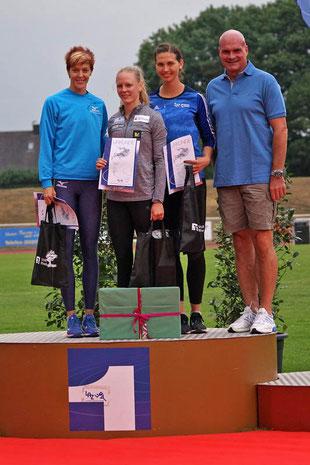Siegerehrung Dreisprung Frauen: v.l.: Dana Veldakova (Slowakei), Neele Eckhardt (Göttingen), Klaudia Kaczmarek (LAZ Rhede) und Bürgermeister Jürgen Bernsmann. (Archivfoto: Bernfried Knipping)