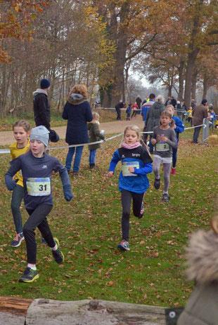 Die Läuferinnen aus Alten und Rhede absolvierten den Schülerlauf mit großer Begeisterung.