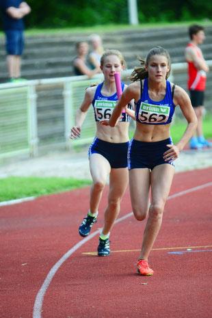 Nike Dangelmaier (links) und Jamira Lauf unterboten mit ihren Staffelpartnerinnen in 50,31 sec die geforderte DM-Norm.