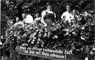 """""""Unser """"Neues altes Bild"""" zeigt einen Festwagen zum Thema Weinbau, wahrscheinlich beim Umzug zur 1200 Jahrfeier"""""""