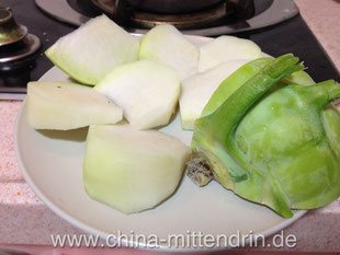 Frischer, roher Kohlrabi. Eine gesunde Erfrischung im Sommer. Die meisten Chinesen halten es für völlig verrückt, rohes Gemüse zu essen - genauso wie jegliche Salate.