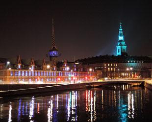 Illuminiert sind auch Kopenhagens historische Börse und Schloss Christiansborg. Foto: C. Schumann, 2020