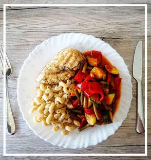 Gemüsepfanne mit Pasta und Hühnchenbrust
