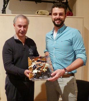 Vorsitzender Klein bedankte sich bei Kai Kroll von der Firma Pro Control für das Sponsoring der neuen Fleecejacken.