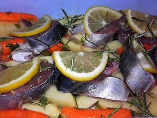 Atlantischer Bonito mit Kartoffeln Karotten, Zitrone, Rosmarin