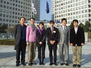 KIPOの正門前にて記念撮影(向かって右から3番目が田村)