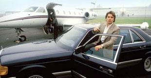 Tapie posant devant sa Mercedes et son jet privé