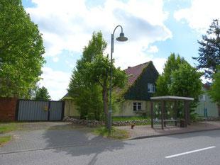 Unser Hof in Schopsdorf hat die Bushaltestelle direkt vor dem Hoftor. Hier kann man unsere Öko-Imkerei und die Tiere auf unserem Ökohof im Fläming nach Absprache jederzeit besuchen kommen.