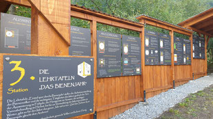 Maltataler Lehrbienenstand Station 3 Lehrtafeln quer durchs Bienenjahr