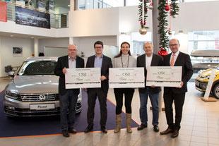 Thomas Fischer (Geschäftsführer, 2. v. l.) übergibt die Spenden an die Vertreter der drei Organisationen (v. l.) Lothar Röhrl, Liane Klemm, Dr. Heinz Sperber und Josef Dunkes. Foto: Larissa Willner