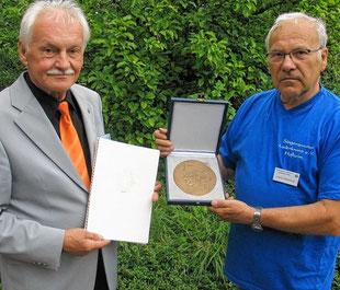 Gerd Bauer und Horst Hilsheimer mit der Zelter Plakette
