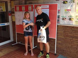Turnierleiter Peter Eisenbarth gratuliert Diana März zum Turniersieg bei den Juniorinnen U12.