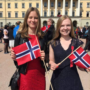 Charlotte und Tabea am Nationalfeiertag am 17.Mai in Oslo