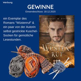 Buchcover vom Roman Wüstenruf von Christina M. Fischer und Wolle mit Stricknadeln für die selbst gestrickten Socken beim Gewinnspiel der AutorinGewinnspiel