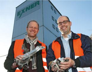 WJ-Sprecher Björn-Marcus Hapke und Exner-Geschäftsführer Stefan Richter begutachten Metallschrott, der durch modernes Recycling zu hochwertigem Granulat verarbeitet wird.           Foto: Andre Bertram