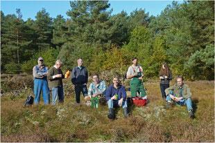Wohlverdiente Pause beim Pflegeeinsatz von Heide und Trockenrasen