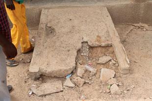 Schule Siala - Nicht behindertengerechte Rampe und auch schon kaputt