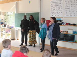 v.l.n.r. Josué Ouoba und seine Frau Aline, Isolde Altvater und die Schulleiterin