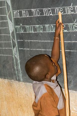 Förderverein Piela-Bilanga  Schüler in der Schule Karbani - Besuch 2015