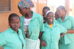 Mädchen, die zu Schneiderinnen ausgebildet werden