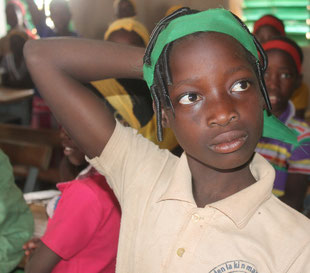 Schülerin in der Primarschule Niafari (Projekt PE /5)