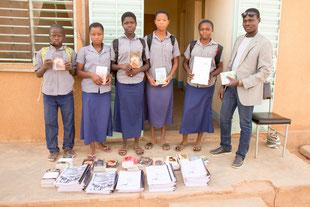 Die Schülerinnen und Schüler freuen sich über ihre neuen Bücher