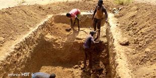 Ausheben der Grube für die Latrinen im harten Laterit_Gestein